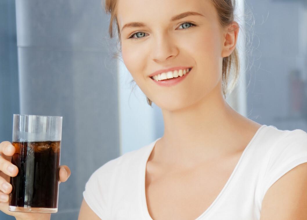 <strong>MAMMAS TRIKS:</strong> Som så mange andre har sikkert du også lært at et glass Cola uten kullsyre skal hjelpe mot kvalme og oppkast. Cola vil riktignok tilføre oss både væske og kalorier, og begge deler er noe vi trenger når vi sliter med et magevirus. Men Cola inneholder også mye sukker, og det kan i verste fall forverre diareen. Foto: Syda Productions - Fotolia