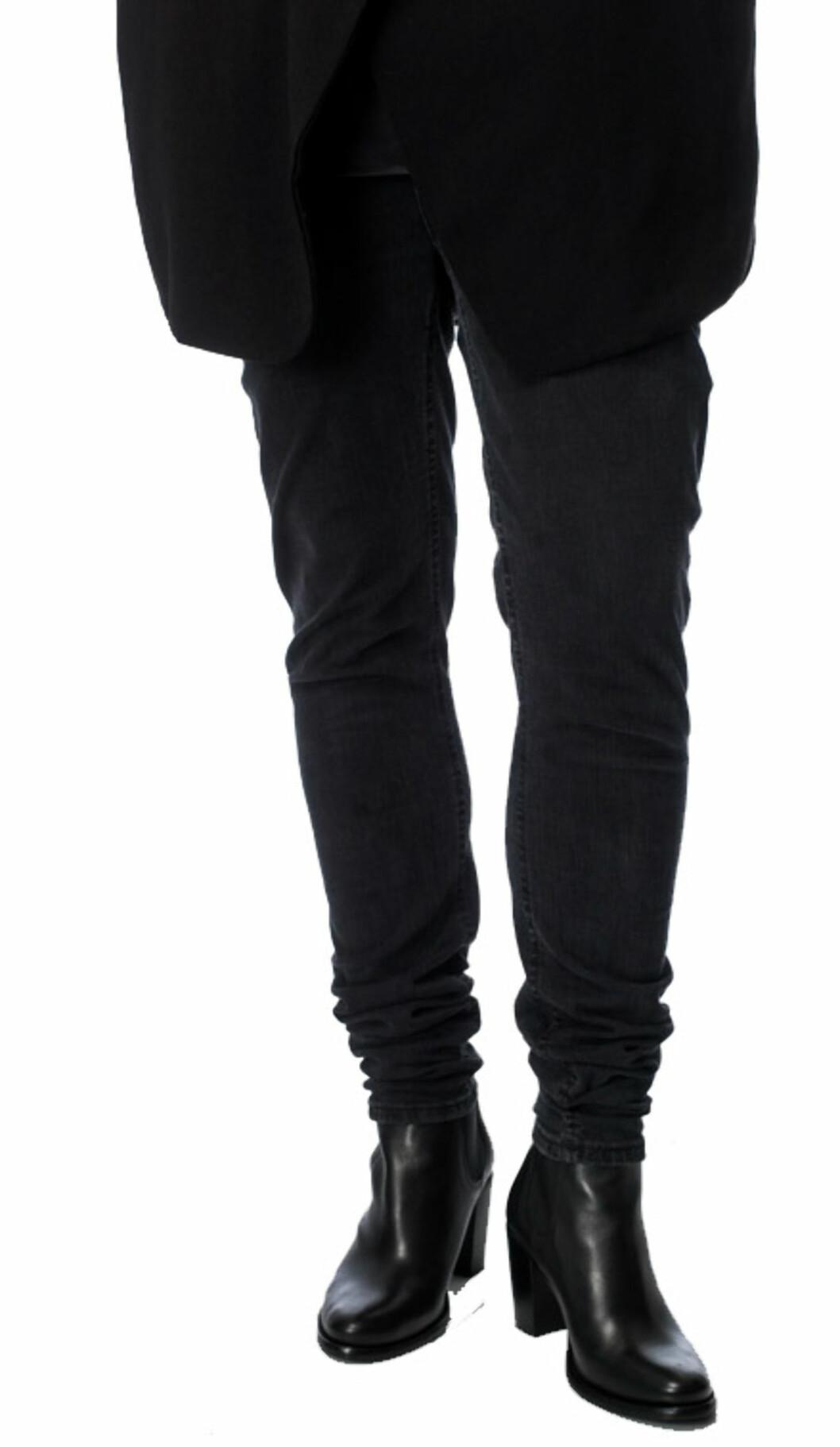 FUNKER IKKE HELT: Den eneste måten å løse problemet med en altfor lang jeans, er å ta den opp i støvlene - ikke som her, hvor buksen ruller seg sammen.     Foto: Ole Martin Halvorsen