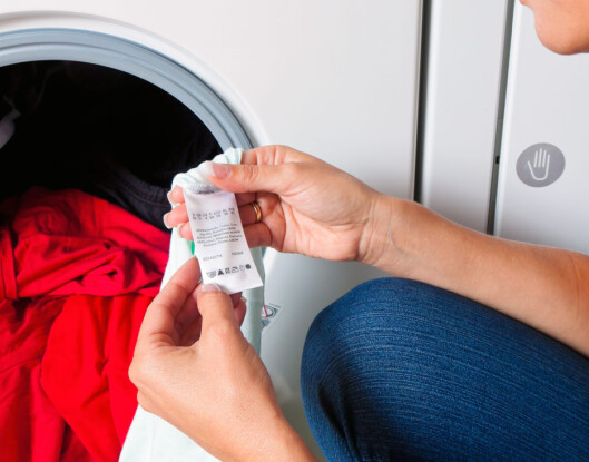 SJEKK LAPPEN: Sjekk alltid vaskeanvisningen på innsiden av klærne før du slenger det i maskinen. Foto: Erwin Wodicka/Colourbox