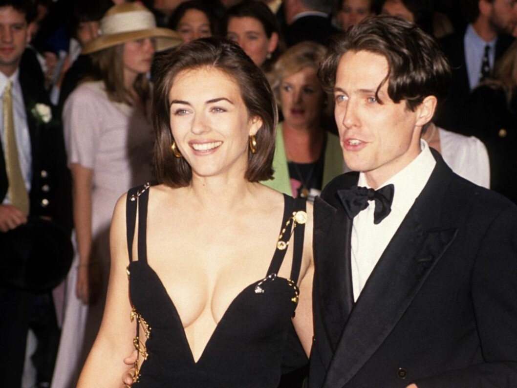 EN KLØFT SOM VEKKET OPPSIKT: Skuespiller Liz Hurley tok verden med storm i denne sexy Versace-kjolen i 1994. Foto: All Over Press