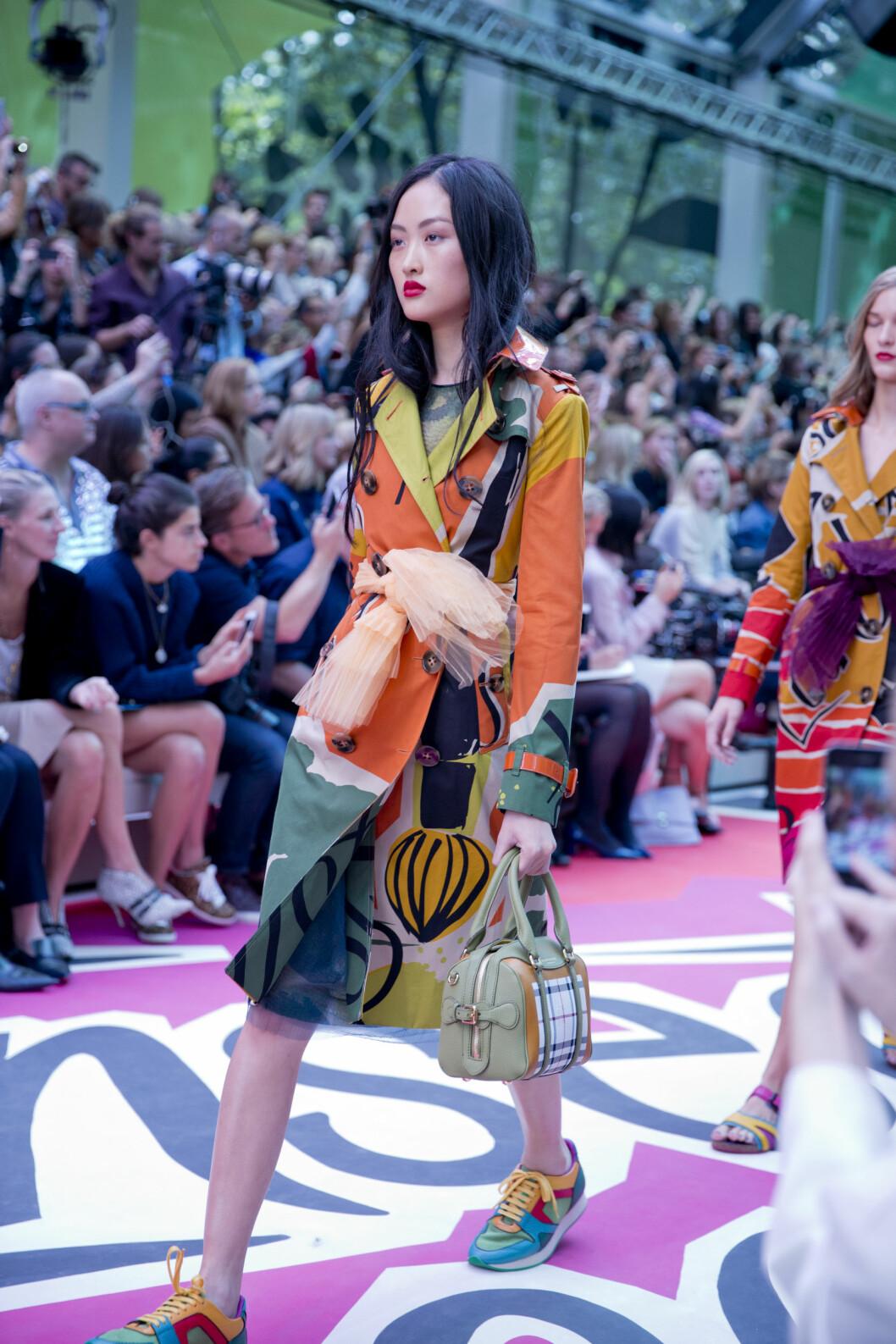 MED MATCHENDE JOGGESKO OG VESKER: Helst skal du style den muntre frakken med enda mer muntert tilbehør... Foto: Sara Johannessen / KK
