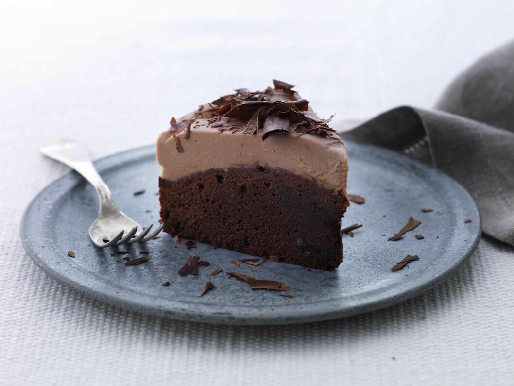 <strong>GLUTENFRI:</strong> Denne kaken med melkesjokoladekrem kan lett lages uten gluten også. Det er bare å bytte ut hvetemelet med glutenfri, fin melmiks. Foto: Lars Ranek/All Over Press