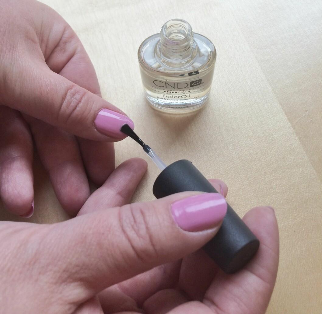 """NEGLEBÅNDSOLJE: Oljen har flere fordeler enn """"bare"""" å holde neglebåndene myke. Foto: Tone vid Skipá"""