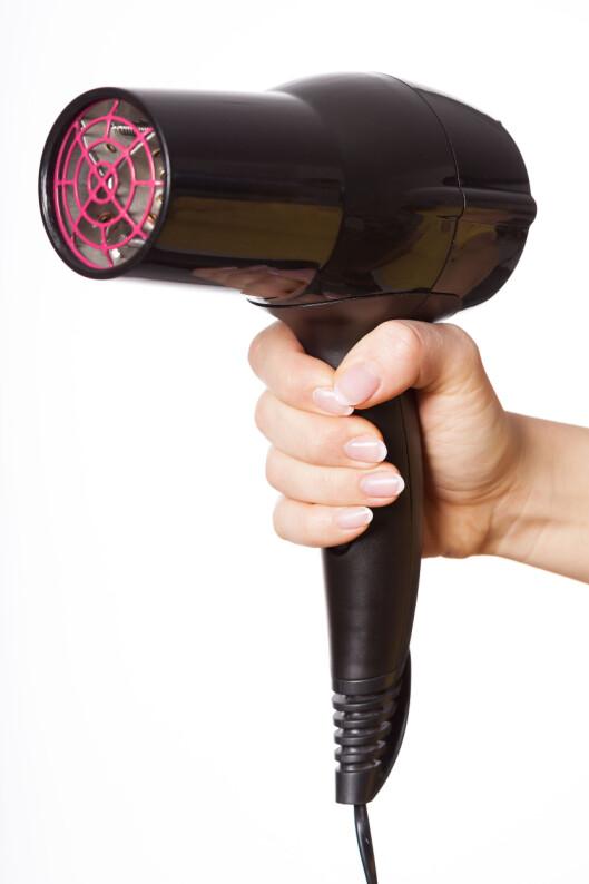 FØNERTRIKSET: Om du skrur ned lufta på laveste setting og bruker kald luft, kan du fint bruke hårføneren til å tørke neglelakken. Sørg bare for at du holder den i god avstand fra neglene, så du unngår å lage bulker i lakken. Foto: Photographee.eu - Fotolia
