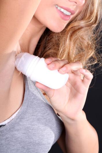 DEO-AVHENGIG? Vær obs på hva deodoranten inneholder.  Foto: Fotolia