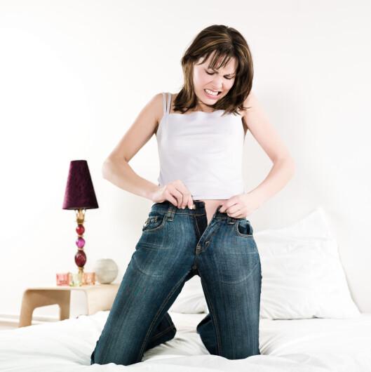<strong>TRANGT OG TETT:</strong> Trange bukser og undertøy i syntetisk stoff kan gi et tett og fuktig miljø, som igjen kan forårsake ubalanse i skjedens bakterieflora. Foto: PEOPLE IN BED by VISION / Alamy/All Over Press