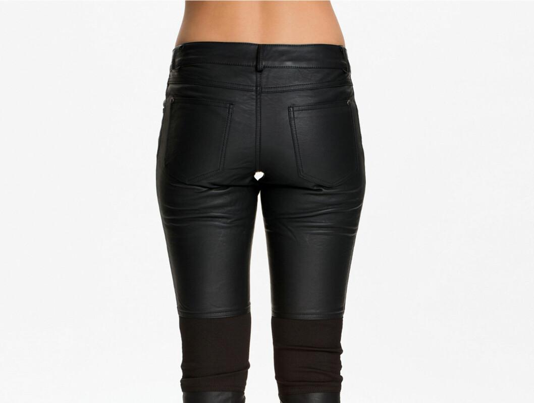 <strong>LOMMER KAN GJØRE RUMPEN DIN ENDA FINERE:</strong> Faktisk kan de gi deg en optisk illusjon om sprettrumpe - denne buksen er i kunstskinn med elastisk stoff rundt knærne (kr 300, Rut & Circle9.
