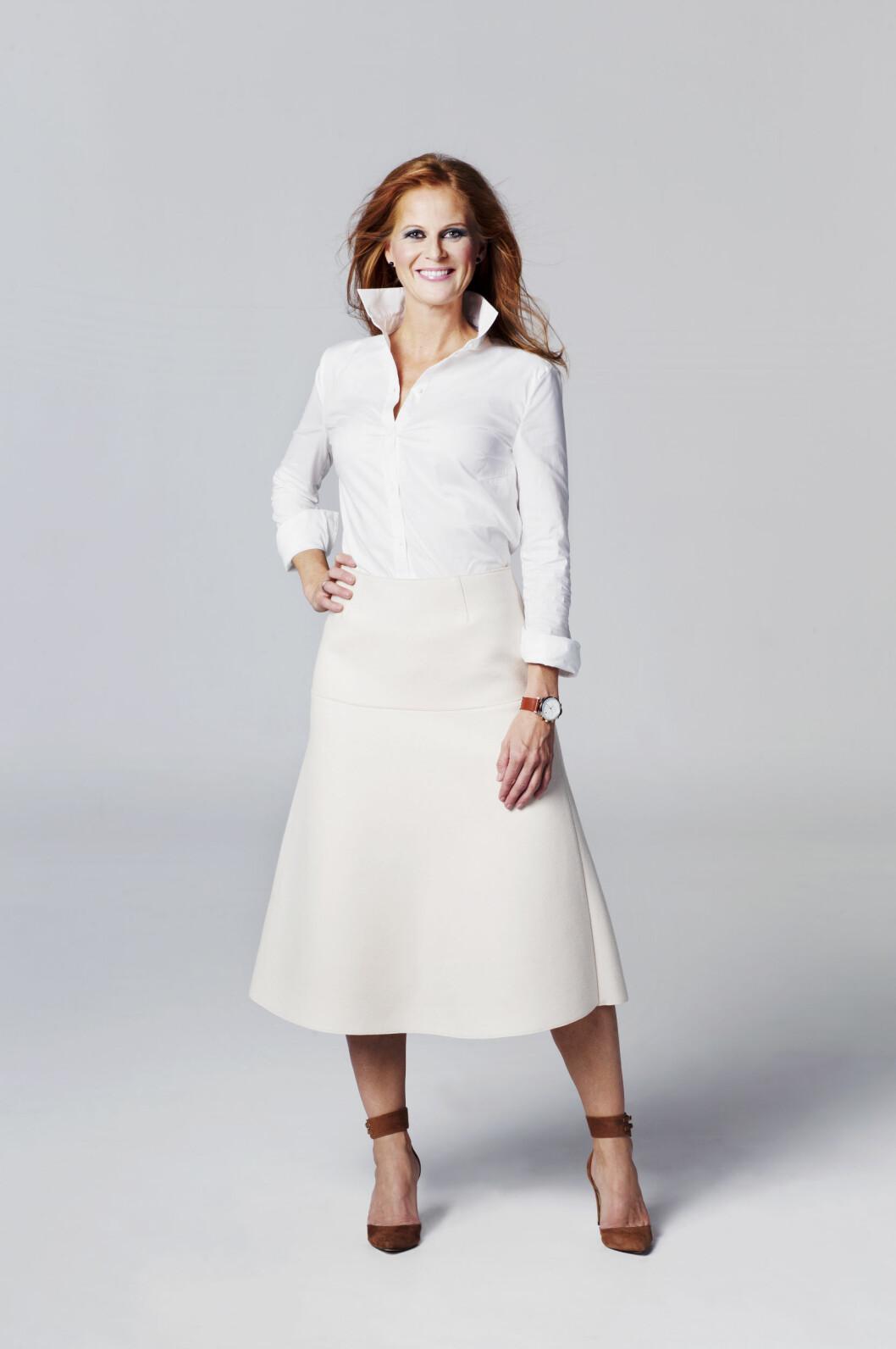EN FLOTT LENGDE: Hege i hvitt ullskjørt (kr 2300, By Malene Burger), skjorte (kr 900, Bruuns Bazaar) og pumps med rem (kr 1600, Ganni). Foto: Yvonne Wilhelmsen