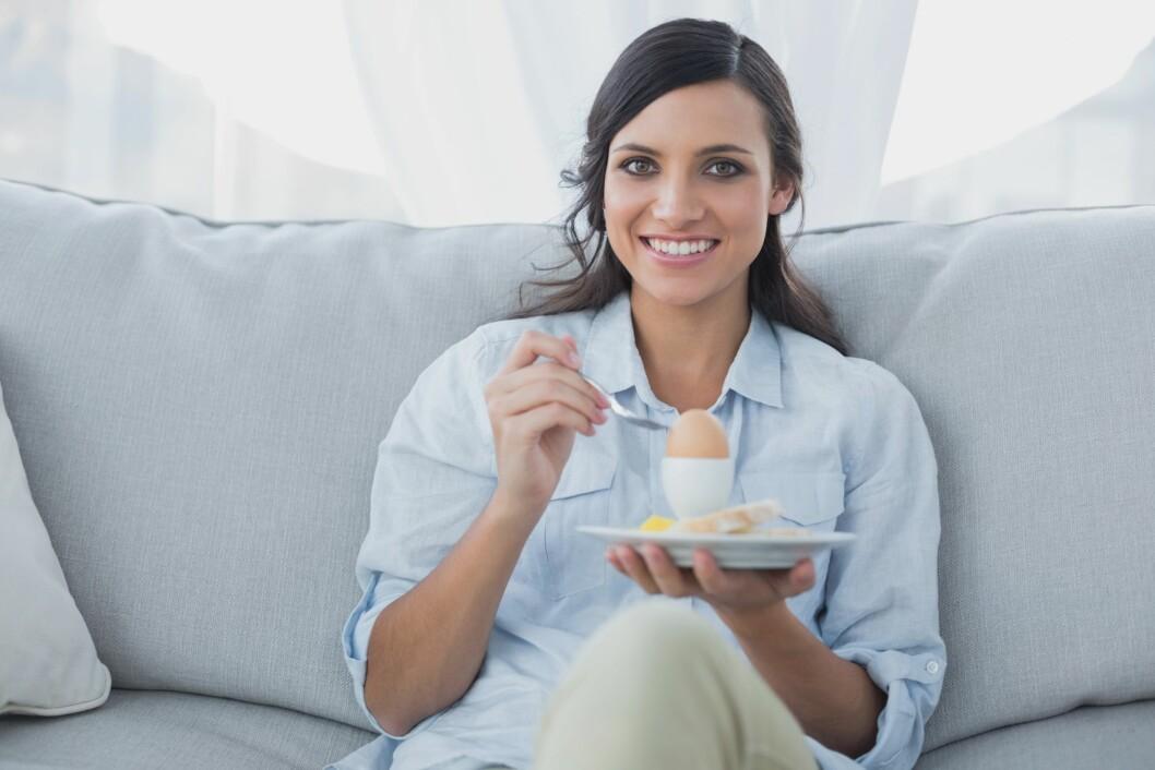 SUNNERE: Det er ikke bare hvor mange kalorier man får i seg som bestemmer om man vil gå ned i vekt, men hvor mett man blir. Du gjør derfor lurt i å bytte ut riskakene med for eksempel et egg. Foto: (c) Wavebreak Media Ltd./Corbis/All Over Press