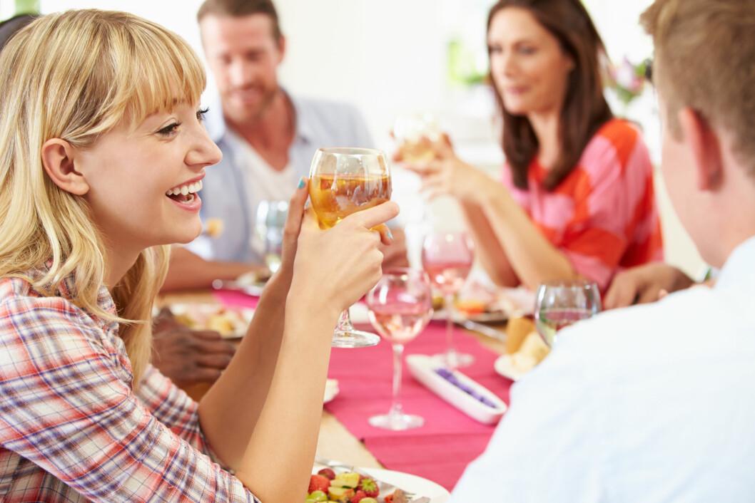BEGRENS INNTAKET DITT: Dersom du ønsker å huske noe fra festen bør du begrense inntaket ditt og holde promillen på mellom 0,2 og 0,4. Da vil du oppleve følelsen av velvære. Foto: Monkey Business - Fotolia