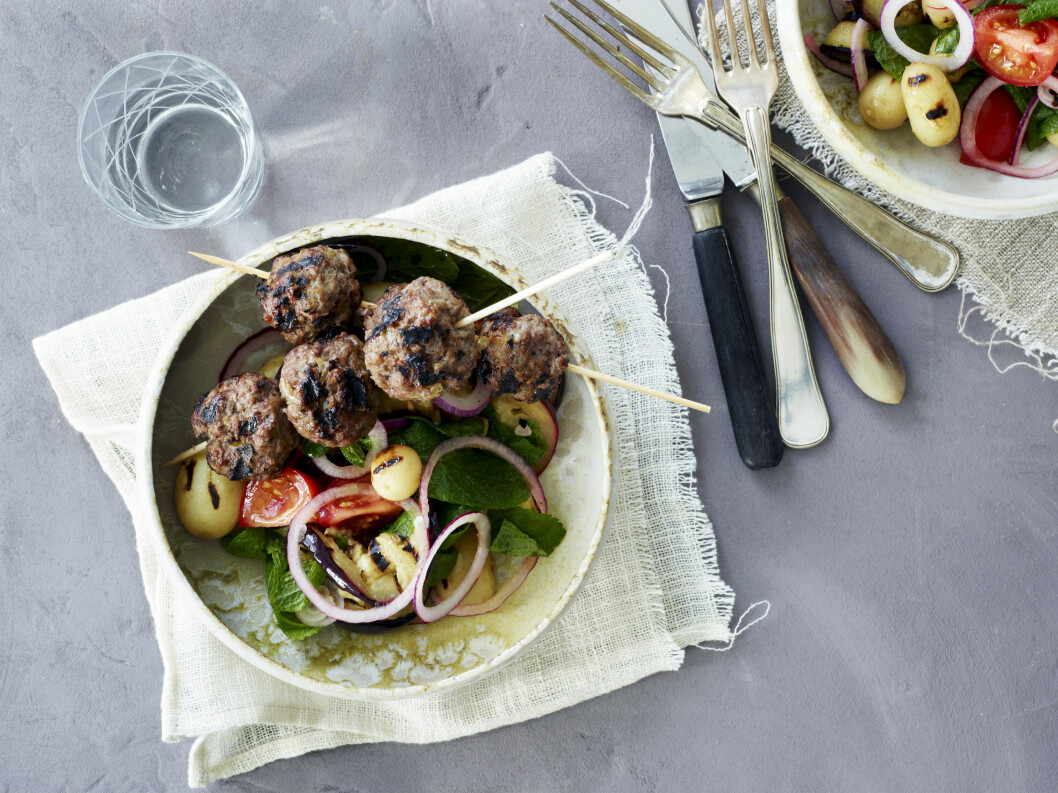 HERLIG GRILL: Grillede grønnsaker og lammekjøttboller er bare helt nydelig!  Foto: All Over Press