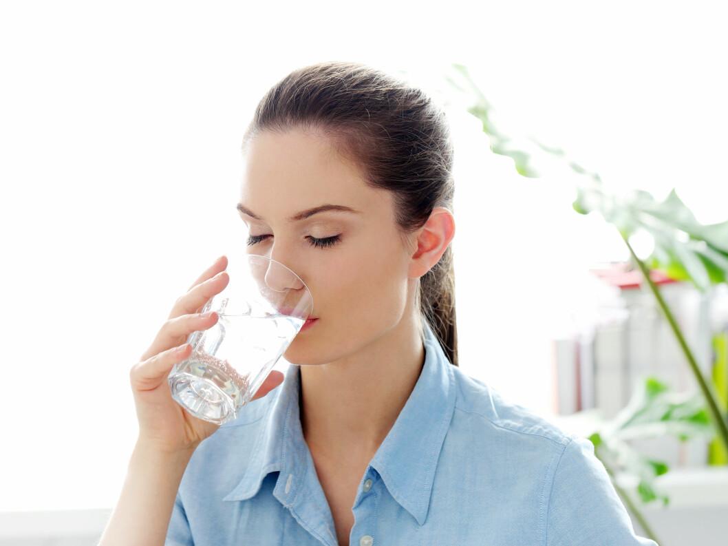 DRIKK VANN: Før du tyr til medisiner på apoteket anbefaler eksperten deg å drikke mye vann. Dette kan nemlig ha en positiv effekt på treg mage.  Foto: Yeko Photo Studio - Fotolia