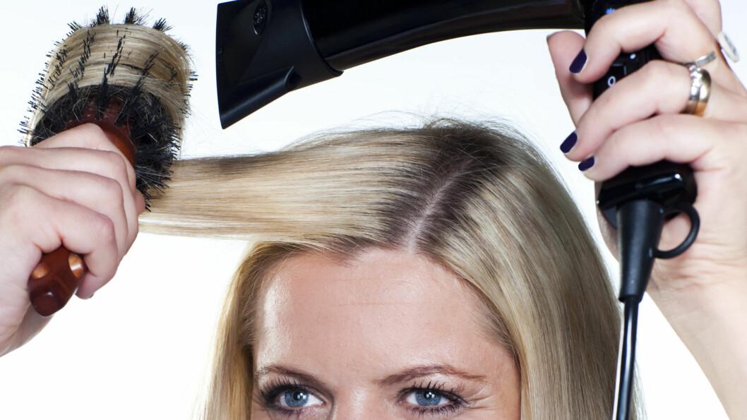 RUNDBØRSTE: Naturbust er skånsomt for håret, men om du vil gjøre føningen raskere og formingen av håret mer holdbar, bør du velge en børste med keramisk kjerne.  Foto: Astrid Waller
