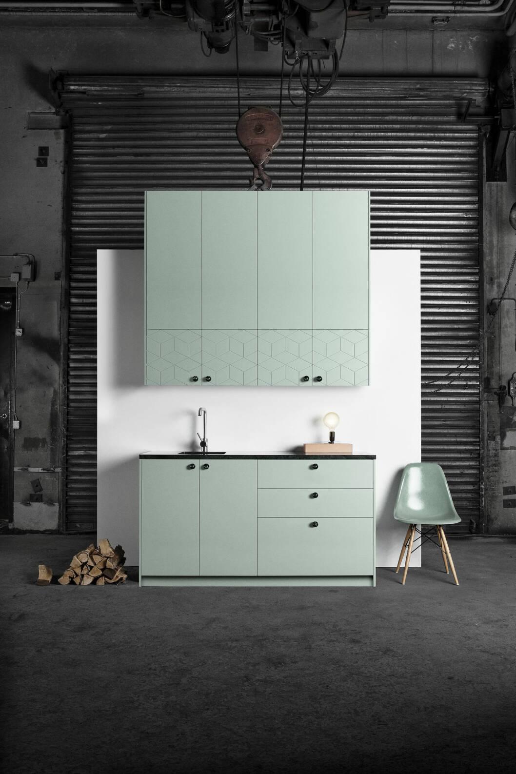 SUPERLEKKER LUKSUS: Ikeas Metodkjøkken har fått nye Illusionfronter fra superfront.com. Knottene i grønn marmor heter Balls. Foto: Produsentene