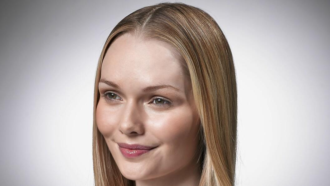FLATT HÅR?: Faller håret ofte sammen og blir flatt utover dagen? Ikke fortvil - vi har løsningen! Foto: REX/Tobi Jenkins / Daily Mail/All Over Press