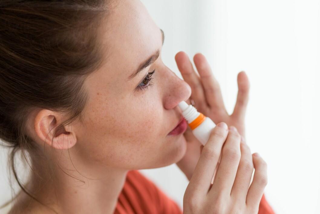 ÅPNER OPP: Når nesa er potte tett er det mange som priser seg lykkelig for at det finnes nesespray. Men dette reseptfrie legemidlet har også sine baksider. Foto: REX/Burger/Phanie/All Over Press