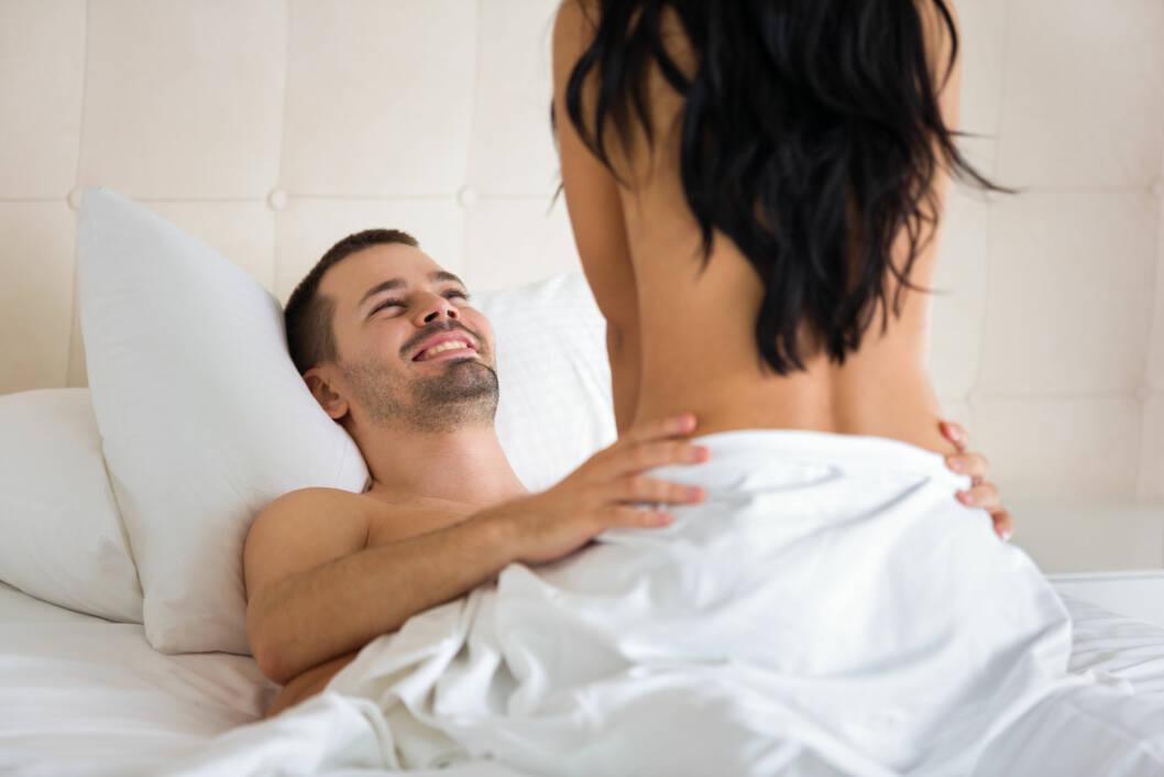 VI OVERANALYSERER: Vi kvinner har en tendens til å tro at menn bryr seg veldig om hvordan vi ser ut i senga. Ifølge eksperten er ikke dette tilfelle. Faktisk fokuserer de minimalt på dette under sex.  Foto: Igor Mojzes - Fotolia