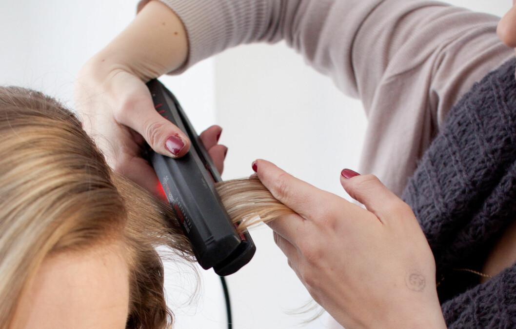 HØRER DU FRESING? Håret skal være helt tørt før du bruker varmeverktøy som rettetang eller krølltang. Å bruke denslags verktøy på vått hår sliter veldig på håret, har liten eller ingen effekt og kan i verste fall gjøre at håret ditt knekker.  Foto: Kristin Hove