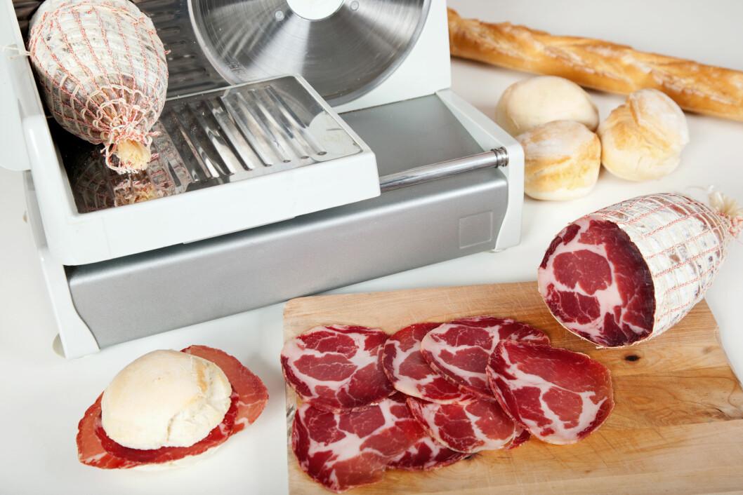 RENGJØRING: Ved produksjon av for eksempel kjøttpålegg kan listeria også oppstå etter at produktet har blitt varmebehandlet, for eksempel fra en skjæremaskin som ikke er ordentlig rengjort, eller dersom produktet har blitt pakket feil. Foto: LogicheCreative.it - Fotolia