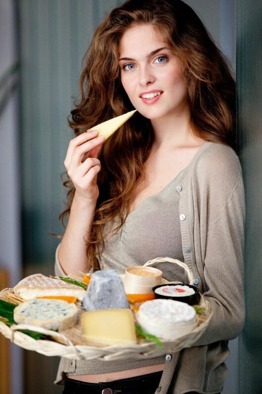 FOR MYE: Ja, visst er det hyggelig å tilbringe en helaften rundt et spennende ostefat, og et godt glass vin. Men store mengder ost på én kveld kan fort bety for høyt inntak av salt, og fett. Foto: REX/Garo/Phanie/All Over Press