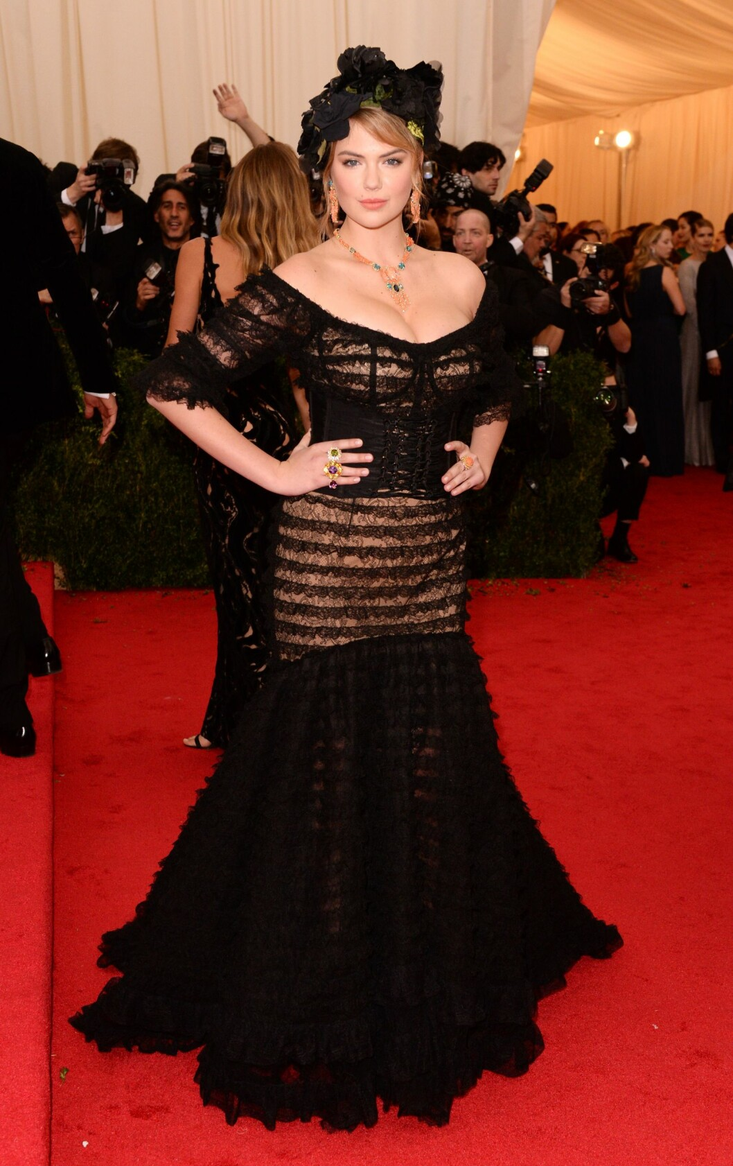 PÅ MOTEGALLA: Kate Upton i kreasjon fra Dolce & Gabbana. Foto: All Over Press
