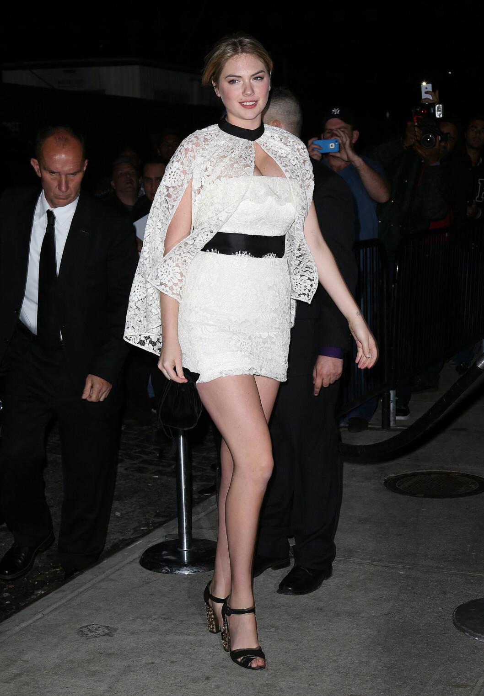 VÅGALE BLONDER: Stjernen har en klassisk stil, men er ikke redd for å prøve ut nye trender, som denne blondecapen over cocktailkjolen. Foto: All Over Press