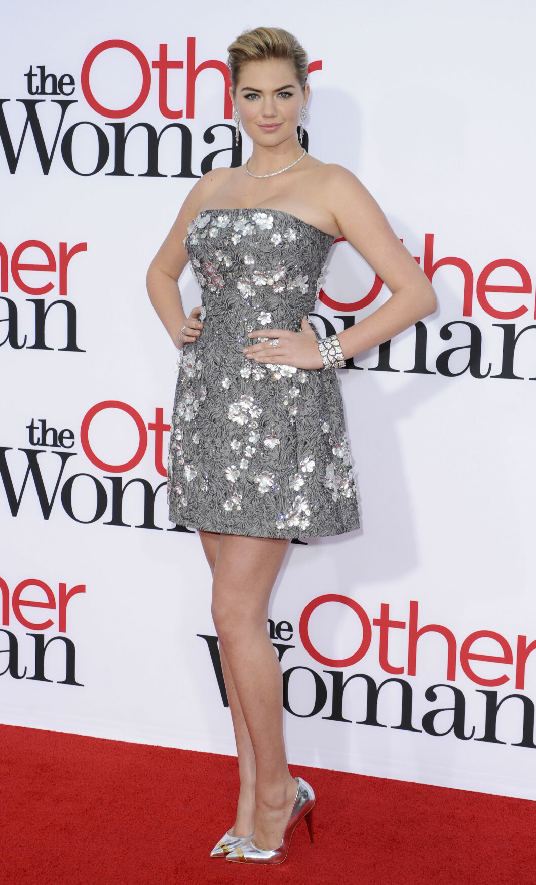 METALLISK: På premieren av The Other Woman i Los Angeles stilte skuespillerinnen i en metallisk minikjoler og matchende sko. Foto: All Over Press