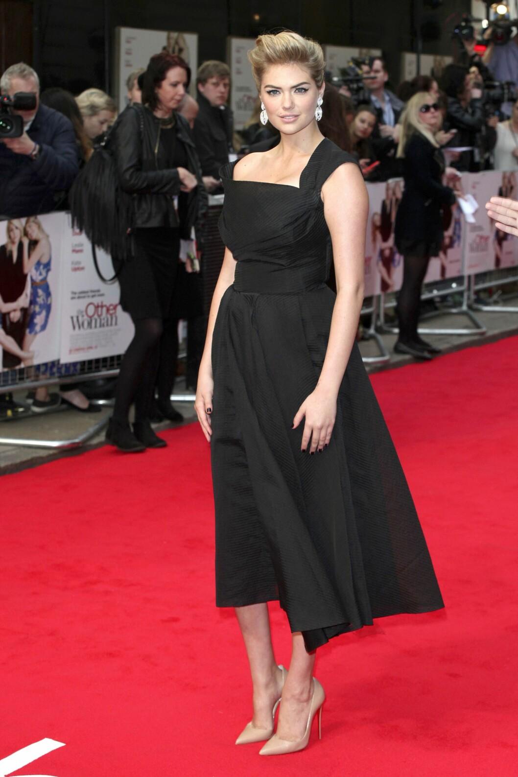 50-TALLS: På premieren av The Other Woman i London gikk hun for en 50-tallsinspirert kjole og store, glitrende øredobber. Foto: All Over Press