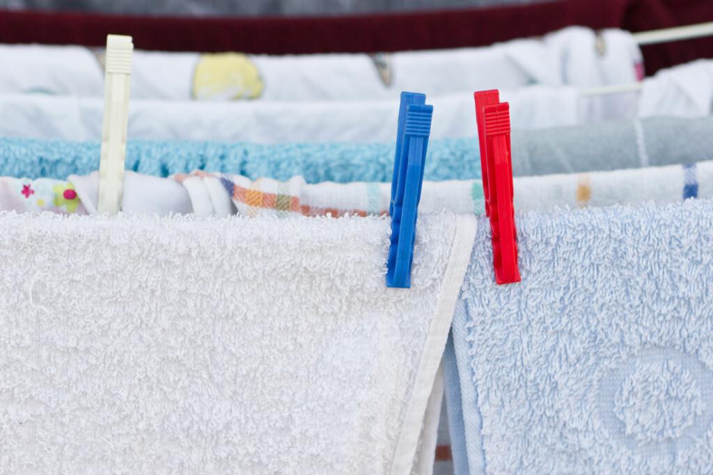 TØRKESTATIV-TABBEN: Ja, det er enkelt å henge tøyet inne til tørk takket være tørkestativet. Men har du et bevisst forhold til hvor du tørker klærne dine og når du gjør det? Foto: Fotolia