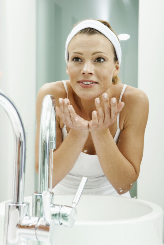 VASK: For å forebygge kviseutbrudd er det viktig at du har gode renserutiner for å fjerne sminke og døde hudceller. Men ved stresskviser er dette  ikke alltid nok. Foto: (c) Harry Vorsteher/cultura/Corbis/All Over Press