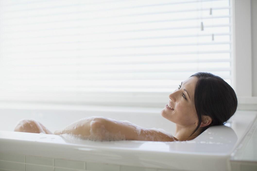 AVSLAPNING: Opplever du mye stress i hverdagen kan det være lurt å sette av litt tid til seg selv. Gjør noe du liker, og fokuser på å slappe av, som for eksempel et varmt bad. Foto: REX/Caiaimage/All Over Press