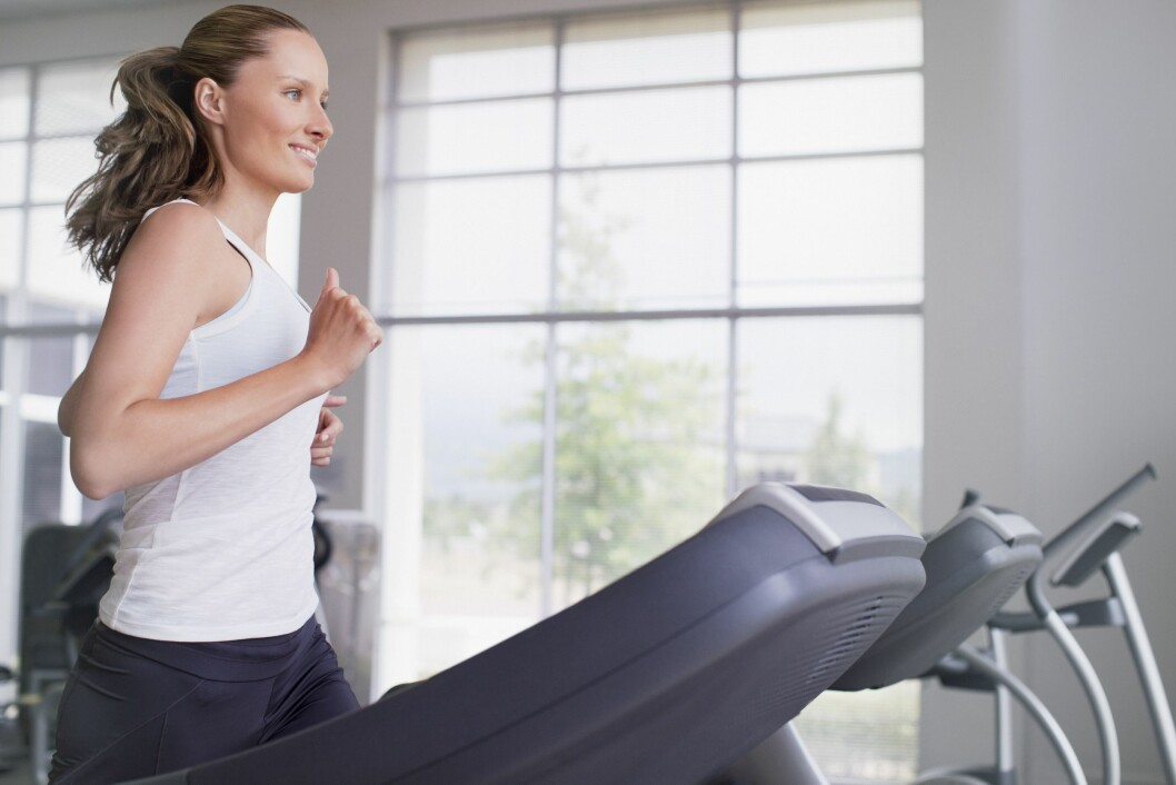 MODEL RELEASED Woman running on treadmill, Cape Town, South Africa Foto: All Over Press