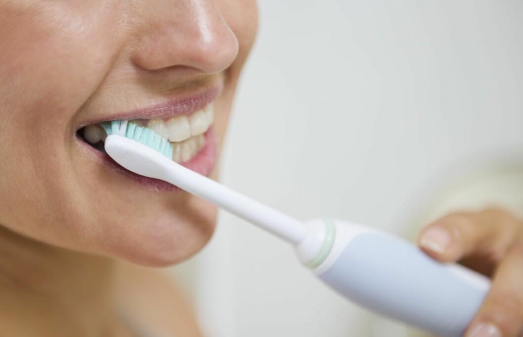PUSS, PUSS: Du bør faktisk pusse tennene både før og etter du drikker rødvin om du ønsker å unngå misfarging på tennene, råder eksperten. Foto: Thinkstock