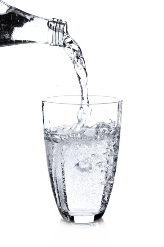 FORFRISKENDE: Kullsyreholdig vann er sunnere enn brus, men bør drikkes med måte. Foto: silberkorn73 - Fotolia