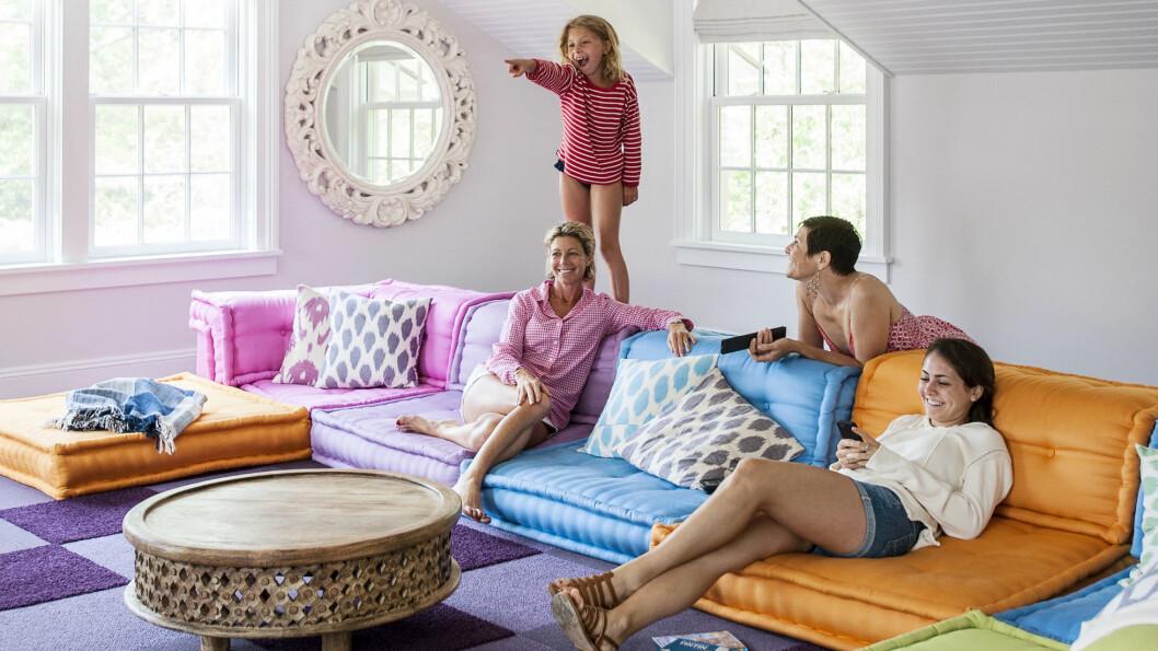 SJEKK DEN SOFAEN: Denne fargeklatten av en sofa er garantert å lyse opp stua di! Foto: Matthew Williams