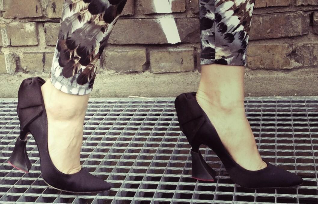 <strong>GJØR SKOENE MER STABILE:</strong> Med stabile sko i bakhodet, er det noen som har designet klosser du kan sette på hælen av skoene for å gjøre dem mer stabilie. Foto: Heelbops