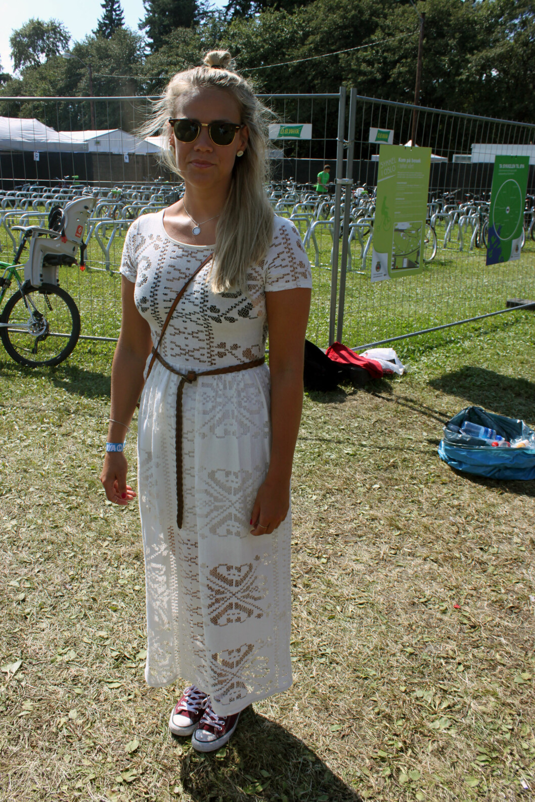 Silje har på seg superfin kjole fra Miss Selfridges.  Foto: Cecilie Leganger