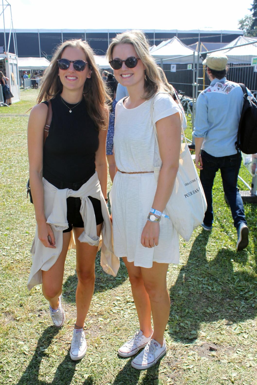 Malin og Hanne velger komfortable og kule klær. Mens Malin går for bare shorts, går Hanne for shortstrikset hun også! Foto: Cecilie Leganger