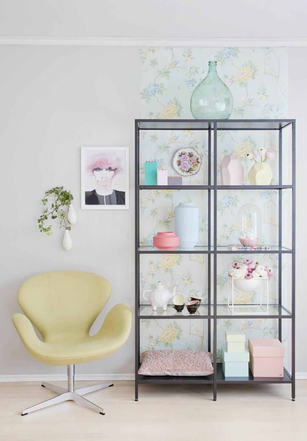 SART FLORETT: Sukkersøte esker, duse farger og moderne og antikk keramikk. Topp det hele med romantiske hvite og rosa blomster. Foto: Jorunn Tharaldsen
