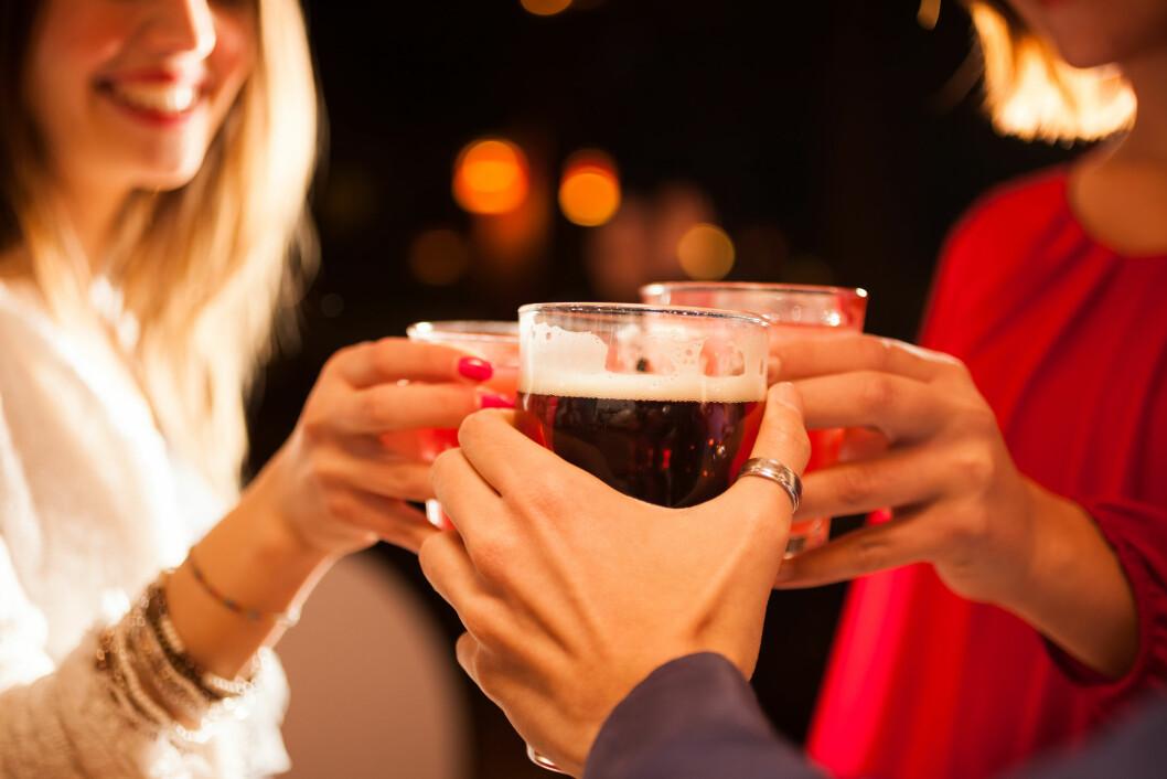 DRIKKER MER: Den nye studien viser at det å kombinere energidrikker med alkohol kan føre til at du drikker mer enn ellers.  Foto: Minerva Studio - Fotolia