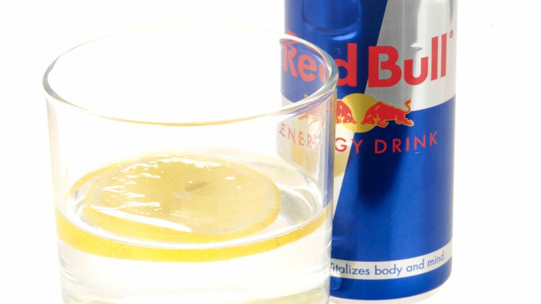 BØR NYTES FOR SEG SELV: Energidrikker som Battery, Red Bull og lignende bør aller helst nytes for seg selv, fremfor å blandes med alkohol. Foto: Mediablitzimages / Alamy/All Over Press
