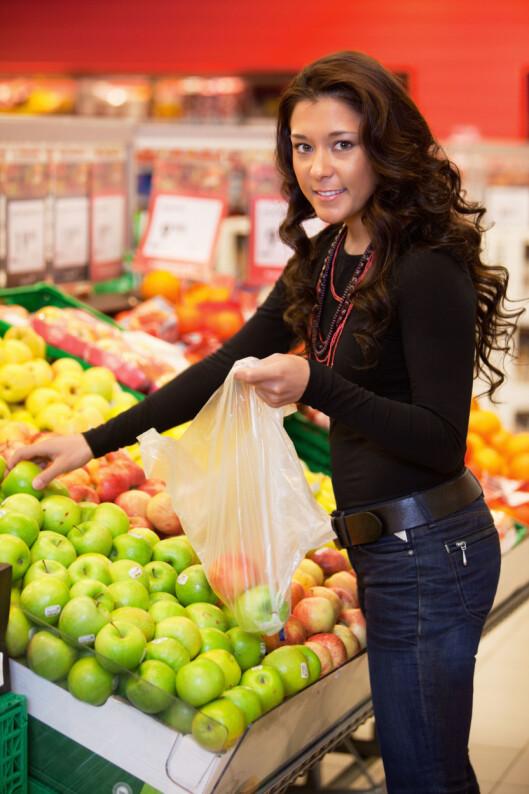 BRUK POSER: Har du for vane å stappe alt inn i kjøleskapet etter handleturen? Neste gang bør du sørge for å pakke grønnsakene inn i separate plastposer, så holder de seg friske mye lengre. Foto: Montgomery Martin / Alamy/All Over Press
