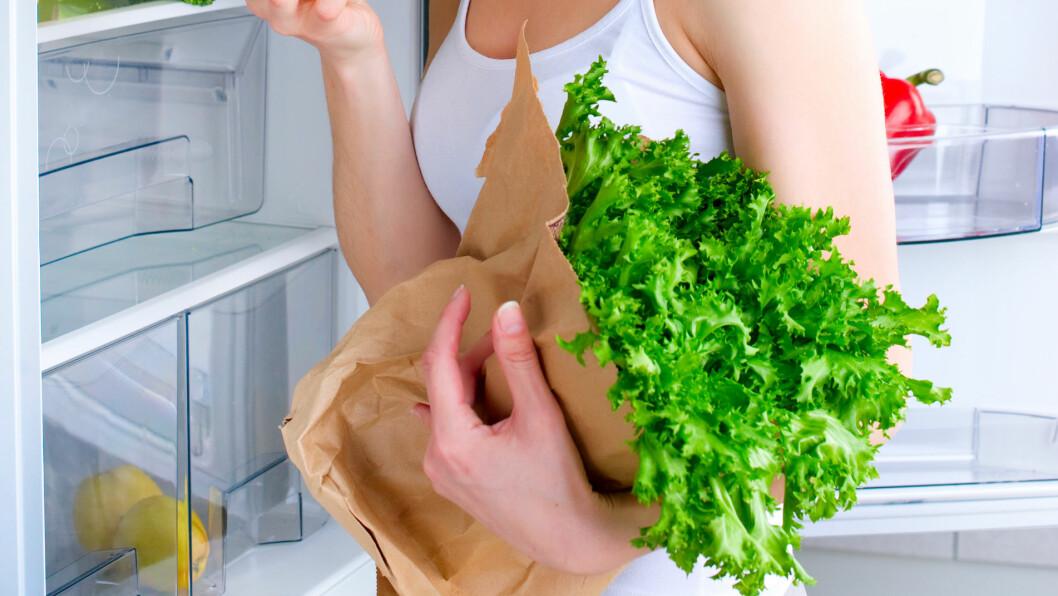 OPPBEVAR RIKTIG: Har du for vane å ta alt av frukt og grønnsaker ut av handlenettet og slenge det rett i grønnsakskuffen? Det er ikke alltid så lurt.  Foto: Subbotina Anna - Fotolia