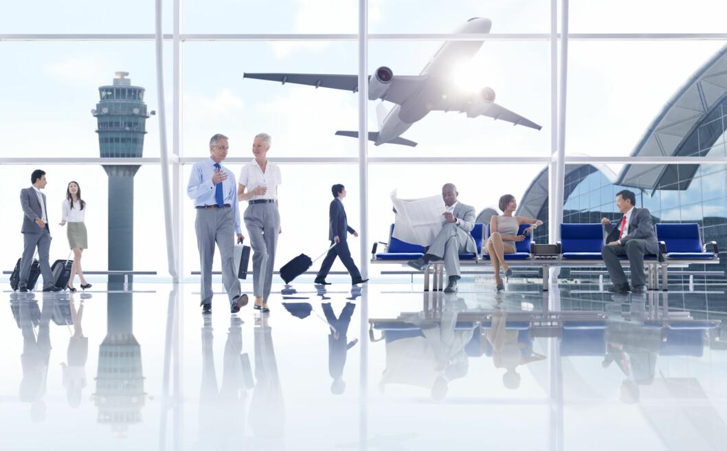 Flyplasser har et konstant gjennomtrekk av mennesker, kanksje flere tusen om dagen. Og alle tar vi på dørhåndtaker og gelendre, og benytter oss av toalettene - da er det lett å spre smitte. Foto: Rawpixel - Fotolia