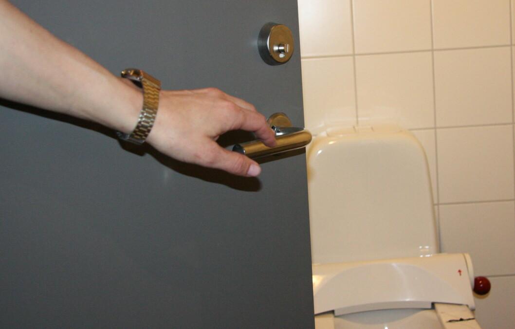 BAKTERIER: Det er ikke nødvendigvis dosetet du skal være mest skeptisk til på offentlige toaletter. Dørhåndtaket og vasken viser seg nemlig å være to av de største bakteriebombene.