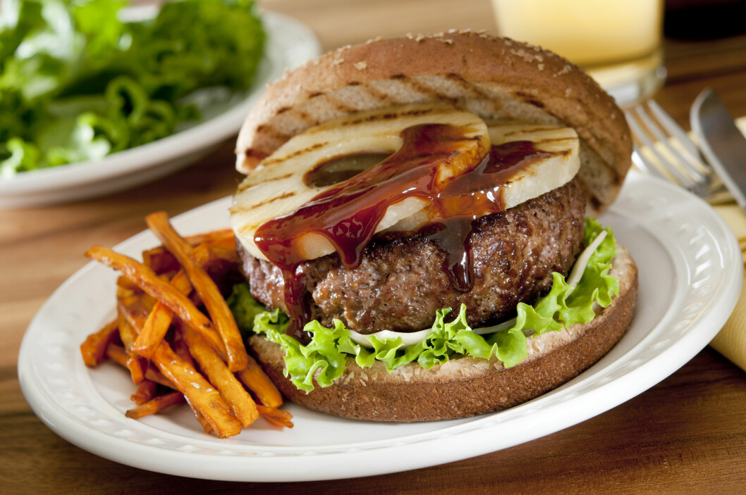SPAR KALORIER OG USUNT FETT: Har du lyst på burger til middag? Det trenger slett ikke være så usunt, bare du tilbereder det riktig. For eksempel er det lurt å lage pommes frites selv.  Foto: cobraphoto - Fotolia