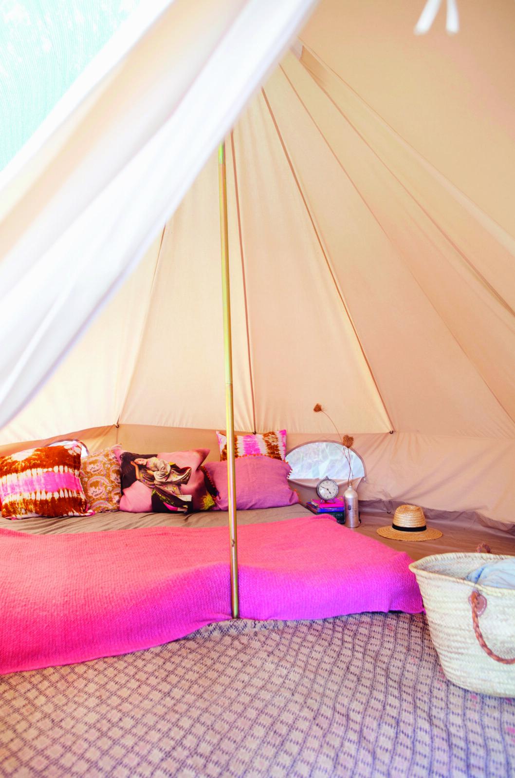 SOVER UTE: Familien sover ute fra mai til oktober. Teltene er fra Silbey, og er utstyrt med japanske futong-senger og vakre puter og tepper fra Marokko. Foto: Yvonne Wilhelmsen