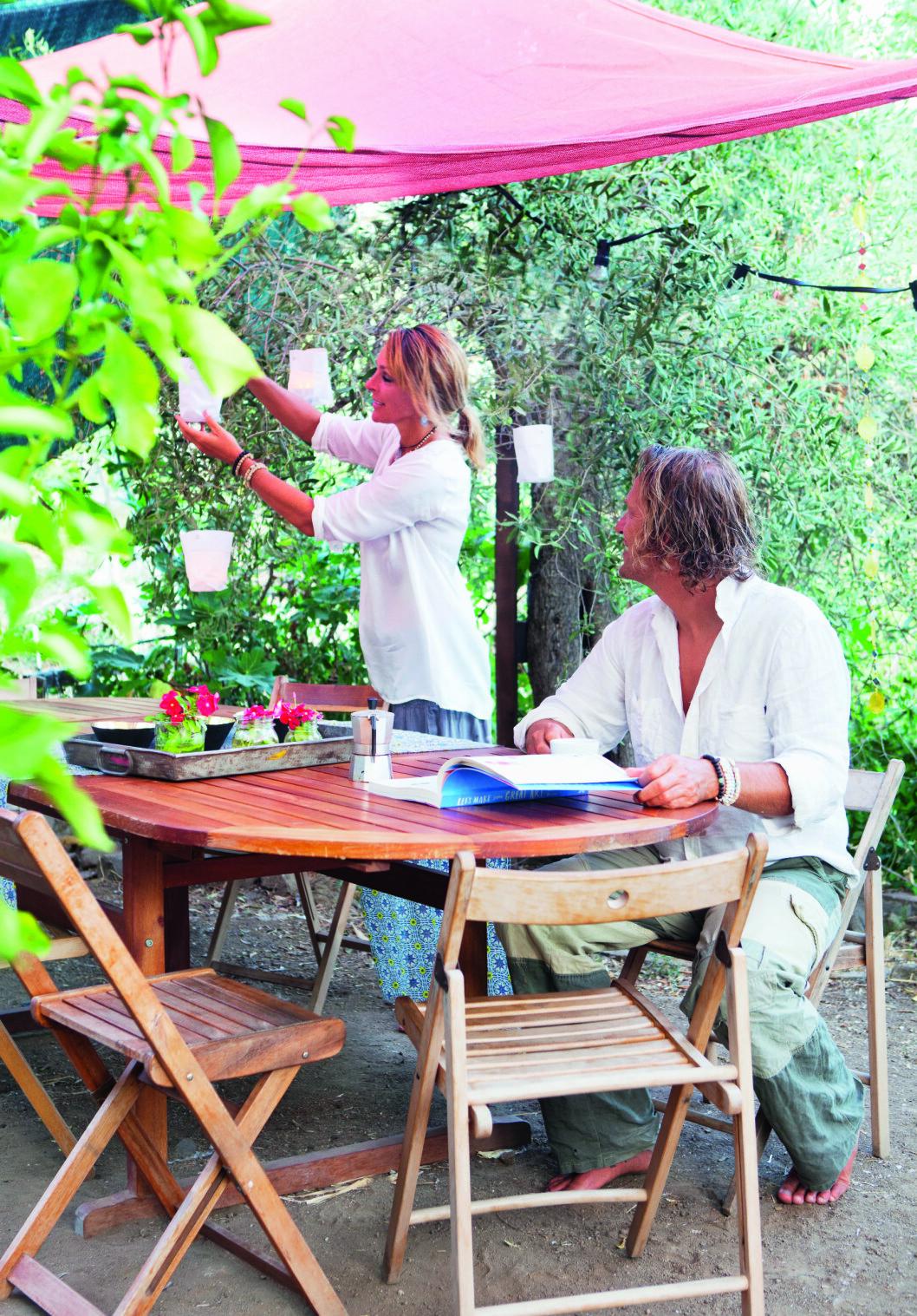 ELSKER PYNT: Ateeka elsker å pynte uterommet. Ingen grunn til å begrense kosen til husets fire vegger! Foto: Yvonne Wilhelmsen