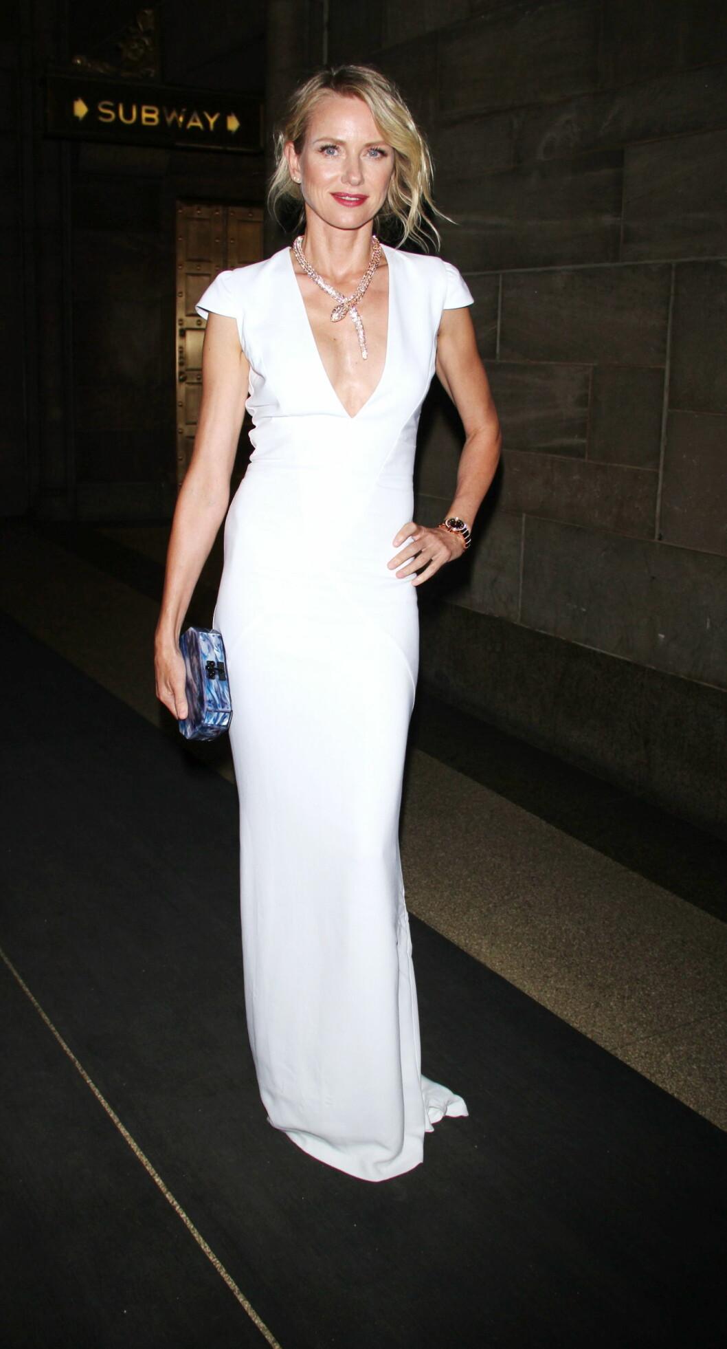 45 ÅR: Naomi Watts blir bare vakrere og vakrere med årene, og med sin sylfideaktige figur ser stjernen nydelig ut i kroppsnære kjoler. Foto: All Over Press