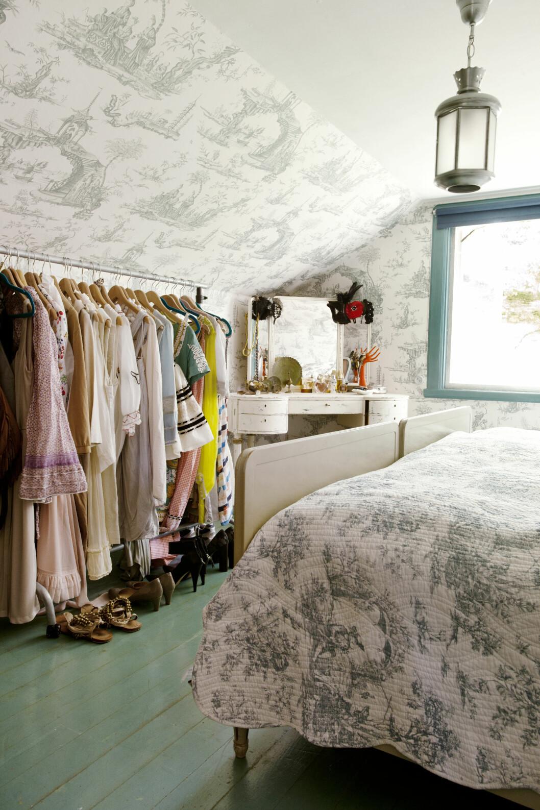AVSLAPPENDE: Det fine soverommet er romantisk og eklektisk.  Foto: Jenny Brandt/Linnea Press